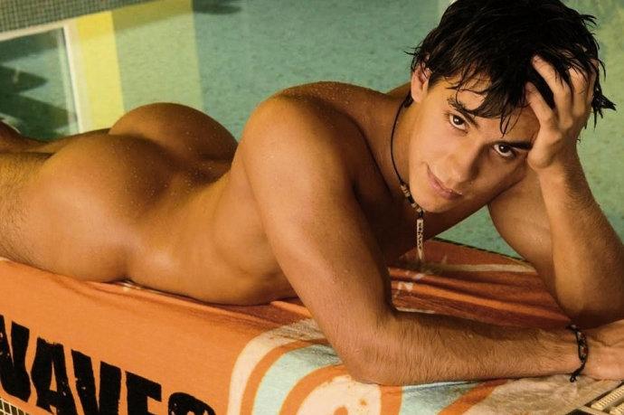 Голый парень сохнет у бассейна после плавания.